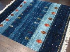 画像2: ペルシャ ギャッベ リビング サイズ 200 x 159 cm F159 ハンドメイド 天然 ウール 手織り ラグ 絨毯 カーペット グラデーション 青 ネイビー (2)