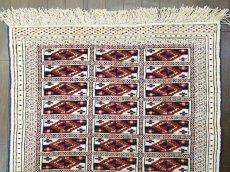 画像4: 新品 トルクメン ペルシャ 絨毯 1.2m アクセント サイズ 121 x 88 cm 32 トライバル ラグ 天然 ウール 敷物 マット カーペット 生成り 白 紺 赤 オレンジ 黄 青 (4)