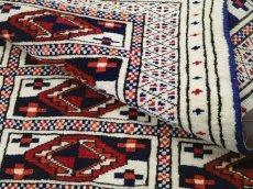 画像8: 新品 トルクメン ペルシャ 絨毯 1.2m アクセント サイズ 121 x 88 cm 32 トライバル ラグ 天然 ウール 敷物 マット カーペット 生成り 白 紺 赤 オレンジ 黄 青 (8)