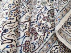 画像13: 美品 ペルシャ 絨毯 ナイン 9la 3m リビング ダイニング 大判 サイズ 300 x 192 cm n223 ウール 手織り ラグ ハンドメイド カーペット 敷物 クラシック スタイル クリーム アイボリー 生成り 白 青 ヴィンテージ (13)