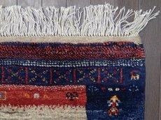 画像9: 新品 ペルシャ ギャッベ 1.2m アクセント サイズ 118 x 93 cm f177 ハンドメイド ギャベ 手織り トライバル ラグ 天然 ウール 敷物 マット カーペット 茶 紺 赤 女の子 花畑 子供部屋や玄関マットにも (9)