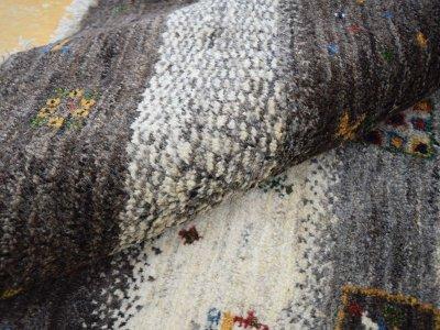 画像1: 新品 ペルシャ ギャッベ  縦1.8m 2.3? リビング ダイニング 2人掛けソファ サイズ 183 × 125 cm E101 肉厚 天然 ウール ギャベ 手織り ハンドメイド ラグ 絨毯 カーペット 原毛 生成り グレー クリーム リビングダイニングルームやベッドサイドに