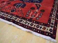 画像11: 美品 ペルシャ 絨毯 シールジャーン 縦2.1m 3.3㎡ 3帖 リビング ダイニング 2〜3人掛けソファ サイズ 210 x 158 cm E103 天然 ウール 手織り ハンドメイド トライバル ラグ 部族絨毯 マット カーペット 赤 民族柄 ギャッベ(ギャベ)をお探しの方にもお勧めです (11)
