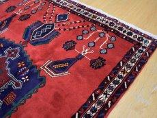 画像9: 美品 ペルシャ 絨毯 シールジャーン 縦2.1m 3.3㎡ 3帖 リビング ダイニング 2〜3人掛けソファ サイズ 210 x 158 cm E103 天然 ウール 手織り ハンドメイド トライバル ラグ 部族絨毯 マット カーペット 赤 民族柄 ギャッベ(ギャベ)をお探しの方にもお勧めです (9)