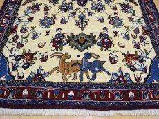 画像6: 新品 ペルシャ 絨毯 シールジャーン 縦1.9m 2.7㎡ 2〜3帖 リビング ダイニング 2人掛けソファ サイズ 190 x 138 cm E116 天然 ウール 手織り ハンドメイド トライバル ラグ 部族絨毯 マット カーペット 遊牧民のモチーフ 動物 鹿 模様 民族柄 ギャッベ(ギャベ)をお探しの方にもお勧めです (6)