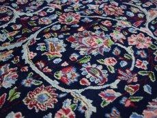 画像11: 美品 経年50年以上程度 ペルシャ 絨毯 ケルマン 産 工房名入(ラシード=ファッロヒー) 縦3.8m 10㎡ 10帖 リビング ダイニング 客室 大判 サイズ 377 x 257 cm No.343 天然 草木染 ウール 手織り ハンドメイド ラグ マット カーペット ダークネイビー 大きなお部屋に 中古品に抵抗のある方にもおすすめです。 (11)