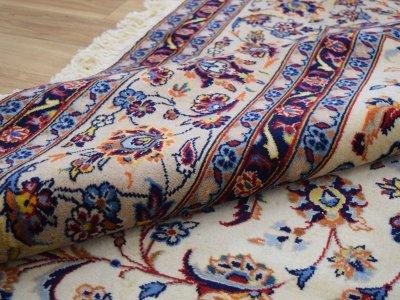 画像2: 美品 ペルシャ 絨毯 カシャーン 縦3.7m 横2.5m 9㎡ 6帖をややオーバー リビング ダイニング 3人掛けソファ コーナーソファ 大判 サイズ 368 x 245 cm No.352 天然 コルクウール 手織り トライバル ラグ 敷物 マット カーペット 総柄 ヴィンテージ ビンテージ 大きなお部屋に 中古品に抵抗のある方にもおすすめです。