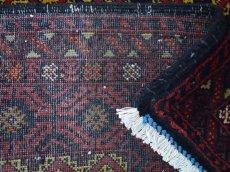 画像16: 美品 ペルシャ 部族絨毯 バルーチ 縦1.7m 横1.2m 1.9㎡ 〜2帖 リビング ダイニング 2〜3人掛けソファ センターテーブル サイズ 165 x 117 cm No.H18 天然 ウール 手織り トライバル ラグ 敷物 マット カーペット 幾何学模様 ヴィンテージ ビンテージ 中古品に抵抗のある方にもおすすめです。a-H18-165117h003 (16)